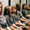 Optický klam: Kolik dívek je v zrcadlové místnosti?