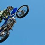 Motorkář sjíždí skokanský můstek. Skočí?
