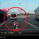 Malé dítě vypadlo v Číně za jízdy z auta