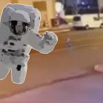 Mimozemský trpaslík ve skafandru poletoval nad tureckou ulicí