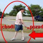 """GUMOVÝ MUŽ dokáže chodit s nohama """"naopak"""""""